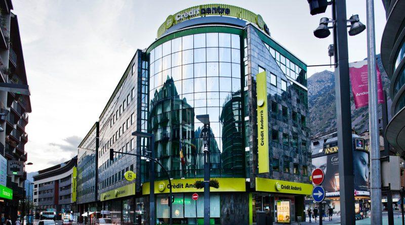 """Crèdit Andorrà ganó el año pasado 65 millones de euros, lo que supone un 9,72 % menos que en 2015, si bien fue el banco que cosechó mayores ganancias en el Principado en 2016. En un comunicado, el grupo ha resaltado que, a pesar del difícil entorno para el sector financiero, el volumen de negocio alcanzó los 15.885 millones de euros (-4,16 %), de los cuales 13.068 millones corresponden a recursos de clientes y 2.817 millones a inversión crediticia. Además, logró un margen ordinario de 239,33 millones de euros, un 3,20 % inferior al del año anterior. Crèdit Andorrà ha destacado que a pesar del reto que ha supuesto el nuevo marco regulador para el sector, las ganancias alcanzaron los 65 millones de euros. En esta línea, el banco ha destacado que ha tenido que adaptarse a los requisitos de adecuación al nuevo marco normativo de cooperación y transparencia, así como al intercambio automático de información fiscal, adaptando sus servicios y procesos a los estándares internacionales. Crèdit Andorrà ha asegurado que su ratio de solvencia situó a finales de año en el 21,72 %, más del doble del mínimo legal exigido, y que su ratio del liquidez alcanzó el 59,03 %, cuando el mínimo legal es del 40 %. Asimismo, el banco dispone del """"nivel de capitalización más importante del sector financiero andorrano"""", con 654 millones de euros de fondos propios. """"Hemos sido capaces de mantener magnitudes y de consolidar nuestras posiciones en un año especialmente complejo, lo que constata el buen funcionamiento de nuestro modelo de negocio en Andorra, Europa y América"""", ha asegurado el consejero delegado de la entidad, Josep Peralba."""