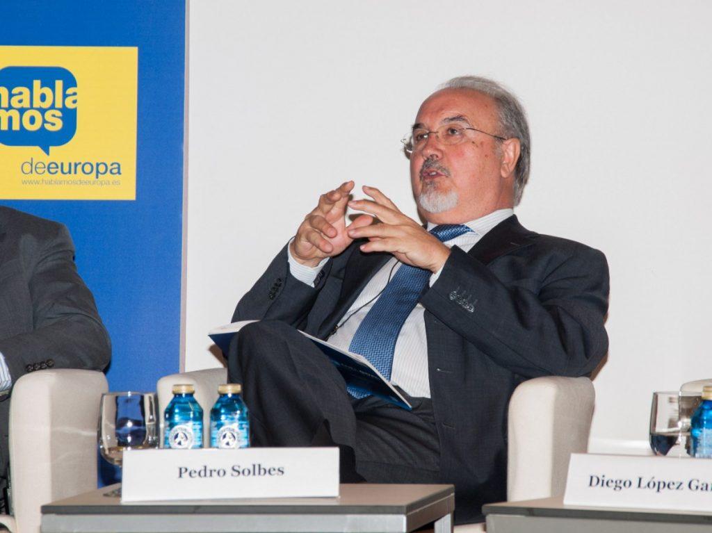 """Solbes va explicar que si Andorra demana que es conservin especificitats en àrees com el tabac, """"també la UE pot plantejar-li certs esforços"""". L'exministre amb els governs de Felipe González i José Luis Rodríguez Zapatero hi va afegir que Europa avaluarà totes les particularitats que Andorra defensi, però """"que algunes es consideraran i altres no"""", i va explicar que durant les negociacions """"es buscarà que la relació sigui raonable"""". """"Els règims fiscals divergents poden ser temporals, normalment no són permanents i van apropant-se al règim general"""". Amb tot, Solbes es va mostrar convençut que el Principat ha d'entrar dins del mercat europeu i va manifestar que el Brexit no ha d'afectar el dossier andorrà. Solbes va debatre a la taula rodona Europa versus els Estats Units: encara som socis?, conjuntament amb Juan Verde, assessor econòmic i polític que va formar part de l'equip de campanya electoral de Barack Obama durant les eleccions presidencials dels Estats Units el 2008. En aquesta conferència, Solbes va destacar el rol que ha d'assumir Europa després del distanciament de l'actual president nord-americà, Donald Trump. """"Els Estats Units han renunciat a jugar el seu paper de líder mundial i els europeus hem de començar a preocupar-nos per nosaltres mateixos."""""""