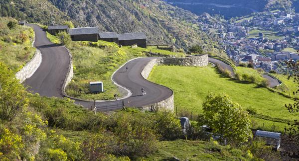 """https://www.diariandorra.ad/noticies/reportatges/2018/02/04/turisme_ciclista_126362_1134.html  La collada de la Gallina, el coll de la Rabassa, els Cortals d'Encamp o el port d'Envalira són només alguns dels 21 ports ciclistes amb què compta Andorra per practicar l'esport de les dues rodes. És habitual, especialment a la primavera i l'estiu, veure ciclistes recorrent les carreteres del Principat per intentar emular els seus ídols o, simplement, passar una bona estona damunt de la bicicleta. El cicloturisme va a l'alça els últims anys, beneficiat en gran part per la disputa de curses com la Vuelta a Espanya o el Tour de França, la presència de ciclistes professionals al país o les marxes cicloturistes que s'organitzen amb l'al·licient de pujar els mateixos ports que els professionals. De fet, des d'Andorra Turisme s'ha apostat per potenciar-ho i, per exemple, des del maig l'empresa pública amb l'ajuda dels comuns va invertir 12.000 euros a col·locar nous panells informatius als ports de muntanya per senyalitzar les 21 rutes. """"És una acció més per potenciar el cicloturisme"""", va afirmar el ministre de Turisme, Francesc Camp. També l'any passat, en aquest cas a l'agost, Andorra Turisme va convidar al país professionals d'agències de viatges, operadors turístics i premsa especialitzada d'estats amb una important tradició de bicicleta com ara Suècia, Bèlgica, Holanda, el Regne Unit, Alemanya i Àustria, per potenciar el cicloturisme.  Andorra, fixa a les grans curses El Principat s'ha convertit en un indret quasi imprescindible per a dues de les grans proves ciclistes del món, el Tour de França i, sobretot, la Vuelta a Espanya. La cursa espanyola ja va venir l'any passat amb una arribada i una sortida d'etapa. Només al país veí, gairebé 1,3 milions de persones van seguir l'etapa per televisió i s'hi han d'afegir els espectadors dels 190 països que emeten la cursa arreu del món. Aquest any la prova tornarà amb dues etapes, una amb meta a Naturlandia i l'endemà amb la disput"""