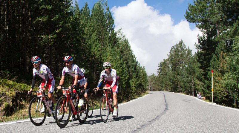 """https://www.diariandorra.ad/noticies/reportatges/2018/02/04/turisme_ciclista_126362_1134.html La collada de la Gallina, el coll de la Rabassa, els Cortals d'Encamp o el port d'Envalira són només alguns dels 21 ports ciclistes amb què compta Andorra per practicar l'esport de les dues rodes. És habitual, especialment a la primavera i l'estiu, veure ciclistes recorrent les carreteres del Principat per intentar emular els seus ídols o, simplement, passar una bona estona damunt de la bicicleta. El cicloturisme va a l'alça els últims anys, beneficiat en gran part per la disputa de curses com la Vuelta a Espanya o el Tour de França, la presència de ciclistes professionals al país o les marxes cicloturistes que s'organitzen amb l'al·licient de pujar els mateixos ports que els professionals. De fet, des d'Andorra Turisme s'ha apostat per potenciar-ho i, per exemple, des del maig l'empresa pública amb l'ajuda dels comuns va invertir 12.000 euros a col·locar nous panells informatius als ports de muntanya per senyalitzar les 21 rutes. """"És una acció més per potenciar el cicloturisme"""", va afirmar el ministre de Turisme, Francesc Camp. També l'any passat, en aquest cas a l'agost, Andorra Turisme va convidar al país professionals d'agències de viatges, operadors turístics i premsa especialitzada d'estats amb una important tradició de bicicleta com ara Suècia, Bèlgica, Holanda, el Regne Unit, Alemanya i Àustria, per potenciar el cicloturisme. Andorra, fixa a les grans curses El Principat s'ha convertit en un indret quasi imprescindible per a dues de les grans proves ciclistes del món, el Tour de França i, sobretot, la Vuelta a Espanya. La cursa espanyola ja va venir l'any passat amb una arribada i una sortida d'etapa. Només al país veí, gairebé 1,3 milions de persones van seguir l'etapa per televisió i s'hi han d'afegir els espectadors dels 190 països que emeten la cursa arreu del món. Aquest any la prova tornarà amb dues etapes, una amb meta a Naturlandia i l'endemà amb la disputa """
