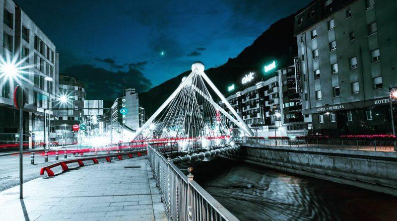 El dia 26 d'abril de 2017, es va publicar al Butlletí Oficial del Principat d'Andorra número 25 , el Decret referent a l'obligatorietat d'indicar el número de registre tributari (NRT) en tots els tràmits duaners. Atès el nou sistema informàtic que està implementant la Duana Andorrana amb la finalitzat d'augmentar l'eficàcia, simplificar i agilitzar els tràmits duaners, serà necessari que totes les factures i altres documents d'efecte equivalent que acompanyin les importacions i les exportacions comercials que s'efectuïn a la Duana Andorrana indiquin el número de Registre de Comerç i Indústria així com el NRT de la persona física o jurídica que efectuï el tràmit duaner corresponent. A partir de l'1 de juliol del 2017, la Duana Andorrana denegarà l'entrada o la sortida de tota expedició comercial de mercaderies que no contingui en tots els documents duaners que l'acompanyin el número de registre tributari de què sigui titular l'importador o l'exportador andorrà. Si teniu algun dubte sobre la relació i els requisits que calen per operar a Andorra, podeu contactar amb els nostresprofessionals.