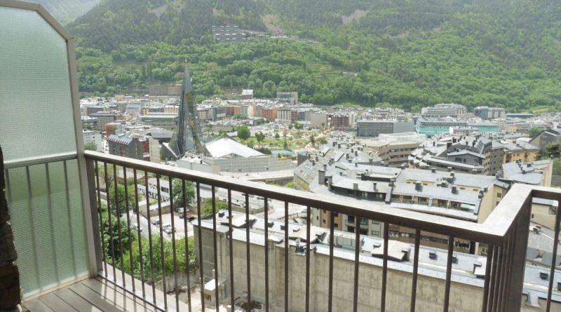 Piso de lujo en el Vilars. Elegante y amplio piso en venta en la parroquia de Escaldes-Engordany, en Els Vilars Andorra La Clau Group Immobiliaria. Una de las áreas de más prestigio de andorra y de las más cotizadas. Situado en pleno centro del Principado, con todos los servicios y comercios a su alcance, sin necesidad de utilizar su propio vehículo para desplazarse por el centro de Andorra la Vella. https://www.andorralaclaugroup.com/ Magnífico piso de 312 m2 en una sola planta, con una fantástica terraza con zona chill-out, de 60 m2, con vistas inmejorables sobre Escaldes Andorra y un práctico jacuzzi donde poder relajarse observando el entorno que le rodea. Parte de la terraza tiene la posibilidad de interiorizarse, convertirse en una agradable veranda, en los meses de invierno. https://www.andorralaclaugroup.com/ Su distribución interior está creada para disfrutar de toda la superfície en un ambiente único; distribuido en un amplio salón comedor con chimenea con funcionamiento a pellet y cristales tipo climalit aislantes de sonido y temperatura; una amplia y majestuosa habitación máster suite con vestidor y terraza, baño completo con mármoles calefactados a medida y ducha de hidromasaje cromoterapia; una espaciosa habitación doble, convertida actualmente en sala de estar, y una tercera habitación destinada a despacho con terraza y vistas sensacionales. Un segundo baño completo de lujo y un aseo de cortesía completan este magnífico inmueble, así como, una espectacular cocina de diseño en color marfil con isla central, confeccionada en mármol color negro, ideal para los amantes de la cocina profesional. LA CLAU GROUP ANDORRA IMMOBILIARIA andorra@laclaugroup.com - https://www.andorralaclaugroup.com 00 376 726 746 - C/ Verge del Pilar, 8 Andorra la Vella (Andorra) AD-500