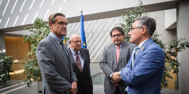 """El Grup d'Amistat Parlament Europeu - Consell General va celebrar ahir la primera trobada oficial amb la presència de cinc eurodiputats i l'assistència dels membres de la comissió d'Exteriors del Consell General. Tal com el va definir el diputat del Partit Popular Santiago Fisas, """"el grup és un lobby favorable al país. Som diputats que ens sentim pròxims a Andorra i estem disposats a fer d'intermediaris amb Europa"""". El grup l'integren una vintena de diputats de quatre països; Espanya, França, Portugal i Gran Bretanya, dels quals ahir van venir cinc representats: Fisas, Juan Fernando López Aguilar (PSOE), Francesc Gambús (UDC), Jordi Solé (ERC) i Ramón Tremosa (CDC) i es marquen com a objectiu, """"ajudar"""" a lluitar contra la """"imatge"""" que, segons Fisas, encara es té d'Andorra en matèria fiscal. """"Defensem que no és cert que sigui un paradís fiscal. S'han fet esforços importants i les seves polítiques fiscals i monetàries són similars a les d'altres països, i això cal explicar-ho"""", va dir. Fisas va insistir que el grup es mantindrà després de les eleccions europees, """"encara que sigui amb nous diputats"""". El conseller general Carles Enseñat va destacar que la trobada va servir per explicar les mesures fetes en matèria fiscal els darrers anys. """"Avui hem parlat de la creació de la Uifand, el ministeri de Finances ha fet ponència i també hem tractat la duana. Bàsicament volíem trencar estereotips i donar informació de primera mà del que s'ha fet des del 2009 i demostrar que Andorra ha canviat molt i que avancem cap al futur, que és la UE."""" La pròxima trobada serà al novembre a Estrasburg i es tractaran els temes de turisme, medi ambient i economia, i no es descarta una tercera, el 2019 i de nou al Principat, que sigui monogràfica sobre el funcionament del Banc Central Europeu. Sortir de la llista grisa Fisas i Enseñat remarcaven la importància d'aconseguir que Andorra surti de la llista grisa de països """"no cooperants en matèria fiscal i impositiva"""", però el més contundent va s"""