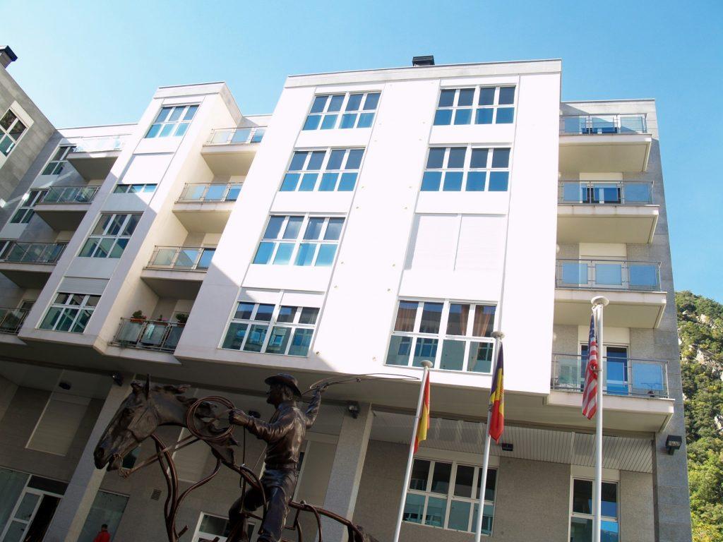 Imagina't que vols comprar un habitatge al Principat d'Andorra. No et sentiries poderosament atret per un aparador amb fotos de #propietats a la venda a Andorra amb els preus? A LA CLAU GROUP ANDORRA invertim molt en estar ubicats en un lloc cèntric, accessible i atractiu. Perquè volem assegurar-nos que ningú comprarà un #habitatge en aquesta zona sense haver passat per davant del nostre aparador. És una manera més, i molt important, d'ajudar els propietaris que ens confien la venda del seu habitatge a aconseguir ofertes de compradors i a obtenir el millor preu de mercat. Estàs pensant a vendre la teva propietat? Vine a veure'ns i parlem.