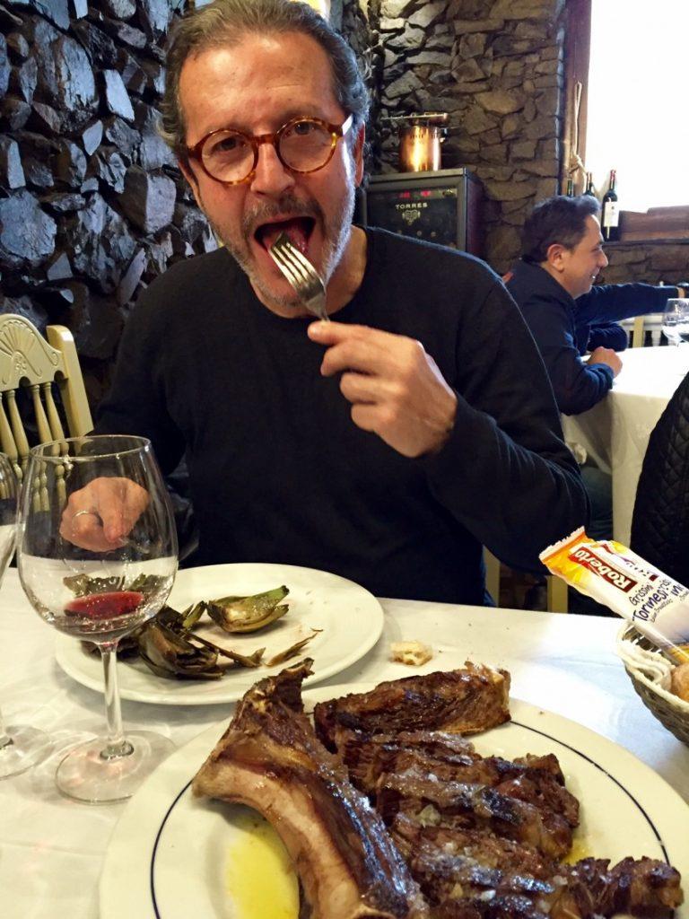 Del 2 de novembre al 2 de desembre tornen lesJornades Gastronòmiques Andorra a Taula, en unanova edició que aspira a seduir novament els paladarsmés exquisits. En aquesta 12a edició, més d'unatrentena de restaurants del Principat s'uniran per oferirun toc d'originalitat i una fusió de sabors exòtics ambels plats més tradicionals de la cuina andorrana. Els xefs del país treballen conjuntament en les12es Jornades Gastronòmiques per proposar unaselecció exquisida de receptes escollides per a l'ocasió. Una nova edició que aquest any torna a comptaramb la col·laboració destacada de Damm, una de lescompanyies cerveseres espanyoles més reconegudes. D'aquesta cita gastronòmica en destaquen elsproductes agrícoles, entre els quals podem citardelícies autòctones com la mel, la melmelada,les fruites del bosc o els embotits, sense oblidarels vins elaborats seguint tradicions centenàries.Andorra a Taula porta els millors productesde les nostres muntanyes directament als platsdels restaurants participants. Les 12es Jornades de l'Andorra a Taulas'emmarquen dins l'Andorra Shopping Festival,un esdeveniment que va néixer el novembre del 2013amb l'objectiu de reforçar el posicionament d'unade les principals ofertes turístiques del nostre país. Enguany torna amb força i se celebraràde l'1 a l'11 de novembre. Aquesta nova edició del'Andorra Shopping Festival porta les propostes deshopping envoltades del millor ambient. Entre àpat iàpat, els visitants trobaran una infinitat d'animacionsals carrers, música en directe, tallers i espectaclesinfantils, activitats d'assessoria d'imatge i moda pera totes les edats i a on l'art adoptarà dues formesdiferents: el dia i la nit, en obres sempre inspirades enel món de la moda i el shopping. A més de l'oberturadels comerços fins a les 22 h els dissabtes3 i 10 de novembre.