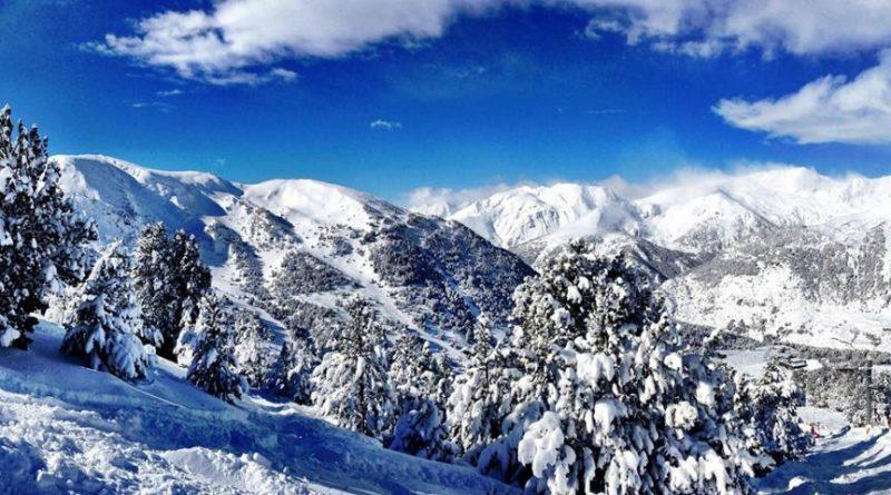 """Andorra, oficialmente Principado de Andorra, es un pequeño país soberano del suroeste de Europa y es además un destino ideal para los amantes del esquí. La gastronomía y el románico. Pero antes de animarse a emprender estar aventura,Jocha Fontana - en colaboracióncon La Caja de Ahorro y Seguros - , compartió los mejores """"tips"""" para esquiar en sus dominios. Un detalle a considerar: el alojamiento, hoteles, apartamentos o pisos turísticos, ya que, será clave para aprovechar cada minuto del viaje. Quizás en un futuro será una buena inversión comprar un apartamento o un piso en Andorra. Andorra se encuentra en la cordillera de los Pirineos, entre la frontera de España y Francia. Es una región con muchos picos montañosos por lo que el traslado hacia los atractivos turísticos puede realizarse en telesillas y funiculares."""