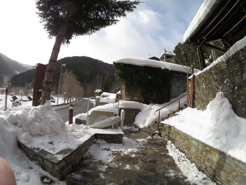 primers turistes suecs, procedents d'Estocolm, que han aterrat per primer cop aquest any per marxar a esquiar a Andorra
