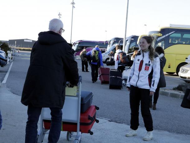 """El vol procedent d'Estocolm, de la companyia Quality Travel, va patir un retard de més de dues hores pel """"mal temps"""", com va explicar el mateix propietari de la companyia que va viatjar en l'avió. L'arribada, prevista inicialment a les 14.40 hores, es va produir finalment passades les 17.00 hores. Entre els 170 passatgers que van arribar a Alguaire ahir en un dia assolellat però amb molt de vent, hi havia Eva Lundin, que va explicar que """"ha vist per Instagram que a Andorra hi ha molta neu"""" i va afegir que esperava trobar-hi """"molt de sol"""". Lundin va dir que aquesta era la seva primera estada a Catalunya per dirigir-se a Andorra a practicar l'esquí.  Passatgers d'edats ben diverses, joves, famílies i fins i tot gent gran van aterrar a Alguaire per dirigir-se als autobusos que els traslladen a les destinacions d'esquí, a les quals s'afegeix enguany Baqueira Beret. Entre els passatgers joves, Jesper i Cristoff es van mostrar """"contents"""" d'haver pogut arribar a Alguaire i van explicar que """"el retard ha estat a causa de la molta neu que hi havia a Suècia"""". Per tots dos era el primer cop que visitaven Andorra per esquiar i un d'ells va dir que un dels motius del viatge era la visita a la seva germana que hi treballa.  Per la seva banda, Quality Travel mantindrà els vols xàrters per a esquiadors procedents de diferents ciutats de Suècia. Però la novetat és que, a més d'Andorra, l'operador turístic suec comercialitza enguany la Vall d'Aran com a destinació d'esquí en els seus paquets turístics, per potenciar també el Pirineu de Lleida entre la seva oferta. Els vols suecs s'allargaran fins al 24 de març, segons Aeroport de Catalunya.  Ahir diumenge van operar també els vols amb destinació Palma i també els vols anglesos, operats per Nielson, que van patir també retards, com va ser el cas de l'arribada del vol procedent de Bristol."""